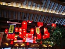 Le lanterne rosse hanno appeso nel ristorante fotografie stock libere da diritti