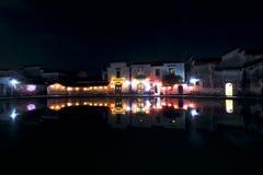 Le lanterne rosse hanno appeso su residenziale antico, la riflessione nello stagno alla notte Immagini Stock