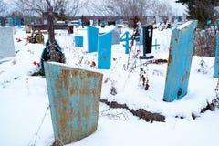 Le lapidi del ferro nel cimitero nell'inverno sono molto notevoli contro lo sfondo di neve, un cimitero nella campagna Fotografia Stock