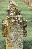 Le lapidi in una fila su un cimitero, colori leggermente hanno desaturato Immagine Stock Libera da Diritti