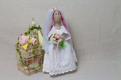 Le lapin de Pâques, lapin joue dans le mariage de forme Jeune mariée de textile tilda Images stock