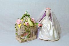 Le lapin de Pâques, lapin joue dans le mariage de forme Jeune mariée de textile tilda Photos stock