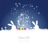 Le lapin de Pâques tient le premier rôle le fond blanc bleu d'oeufs Photographie stock