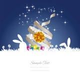 Le lapin de Pâques tient le premier rôle le fond blanc bleu de ruban d'oeufs Image libre de droits