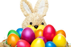 Le lapin de Pâques a le panier avec les oeufs de pâques colorés Photo stock