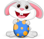Le lapin mignon de Pâques tient l'oeuf Image stock