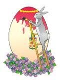 Le lapin sur une échelle peint l'oeuf Photo libre de droits