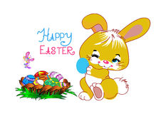 Le lapin tient un oeuf de pâques et à côté du panier des papillons Images stock
