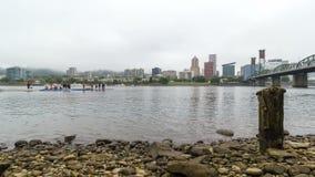 Le laps de temps des bateaux de rangée et de kayaking folâtre le long du bord de mer de rivière de Willamette à Portland OU uhd 4 banque de vidéos