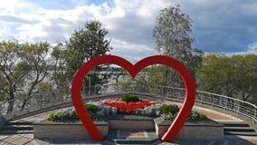Le laps de temps des nuages et le mariage arquent sous forme de coeur rouge Fond de mariage Décoration de mariage clips vidéos