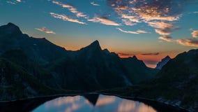 Le laps de temps du flottement opacifie au-dessus des îles et des montagnes de la Norvège banque de vidéos