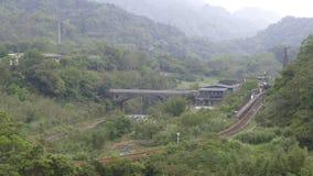 Le laps de temps du paysage vert du ressort, dans la nouvelle station de train du nord de Wanggu de ville qui a lieu pendant les  banque de vidéos