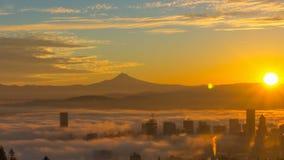 Le laps de temps et le film de cuisson du brouillard de roulement au-dessus du paysage urbain du centre de Portland Orégon avec l banque de vidéos