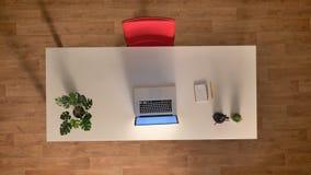 Le laps de temps, temps fonctionne rapidement dans le bureau, la table vide, la chaise rouge et l'ordinateur portable, topshot, s banque de vidéos