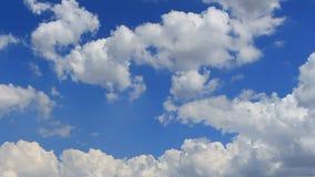 Le laps de temps, font signe le blanc, gris, nuages gonflés banque de vidéos