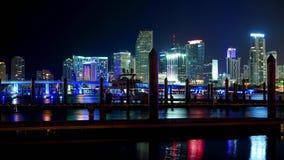 Le laps de temps a tiré de l'horizon coloré de Miami la nuit - Miami Timelapse 4k - MIAMI, la FLORIDE - 10 avril 2016 banque de vidéos