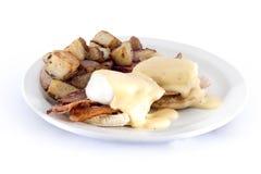 le lard eggs les pommes de terre rissolées et le pain grillé Photographie stock
