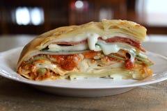 Le lasagne al forno con carne sauce, salame, spinaci e salsa di Alfredo Immagine Stock Libera da Diritti