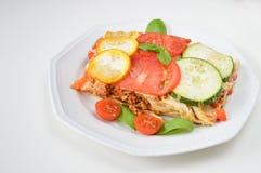 Le lasagne al forno fatte con la salsa bolognese del manzo tritato hanno completato con basilico Immagini Stock Libere da Diritti