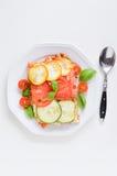 Le lasagne al forno fatte con la salsa bolognese del manzo tritato hanno completato con basilico Fotografia Stock Libera da Diritti