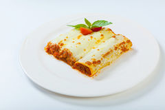 Le lasagne al forno italiane rotolano su un piatto bianco Fotografia Stock Libera da Diritti