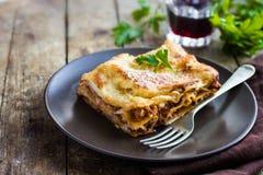 Le lasagne al forno italiane tradizionali con il manzo tritato bolognese sauce Fotografia Stock