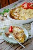 Le lasagne al forno tradizionali hanno fatto con la salsa bolognese e la salsa besciamella del manzo tritato con pepe e le erbe immagine stock libera da diritti