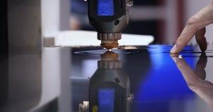 Le laser a coupé la surface en acier de machine de mouvement de cercle banque de vidéos