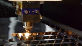 Le laser de machine a coupé un morceau de fer Les étincelles volent dans toutes les directions banque de vidéos