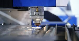 Le laser industriel moderne de soudure de robotique a coupé l'outil M?tal ouvr? banque de vidéos