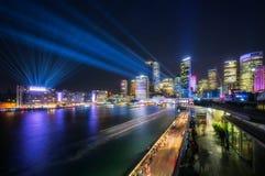 Le laser montrent au-dessus de Sydney Skyline photographie stock libre de droits
