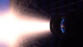 Le laser robotique industriel traite des pièces en métal avec la grande précision banque de vidéos