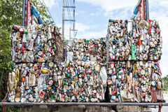 Le latte di alluminio compresse per riciclano Immagini Stock Libere da Diritti