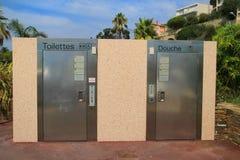 LE LAVANDOU, PROVENCE, FRANCE - 17 AOÛT 2016 : Toilettes publiques automatiques de nettoyage d'individu qui sont communes sur la  Photo stock