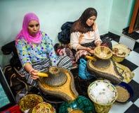 Donne che elaborano l'olio dell'argania spinosa Immagine Stock