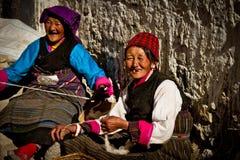 Le lavoratrici sorridono in un villaggio tibetano del sud a distanza Immagine Stock