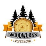 Le lavorazioni del legno identificano con il ceppo e la sega di legno Emblema per silvicoltura ed industria del legname royalty illustrazione gratis
