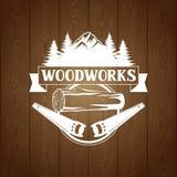 Le lavorazioni del legno identificano con il ceppo e la sega di legno Emblema per silvicoltura ed industria del legname illustrazione di stock