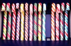 Le lecca-lecca colorate nella fila ed in quella manca fotografie stock