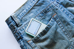 Le lecteur de musique dans la poche de jeans Images stock