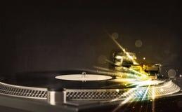 Le lecteur de musique jouant le vinyle avec la lueur raye venir du besoin Images libres de droits