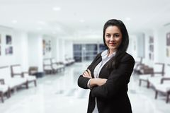 Le leende för varm personlighet för bankkamrer välkomnande ljust stort i stor byggnad royaltyfria bilder