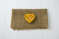 Lenticchie gialle nel cuore Fotografia Stock Libera da Diritti