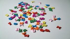 Le lettere dell'alfabeto su di legno frugano i pezzi sparsi video d archivio