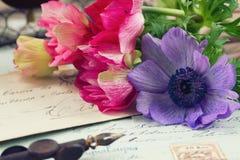 Le lettere della penna e dell'oggetto d'antiquariato di spoletta con l'anemone fiorisce Fotografia Stock Libera da Diritti