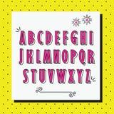 Le lettere maiuscole dell'alfabeto rosa hanno messo sul modello punteggiato di giallo Immagine Stock Libera da Diritti