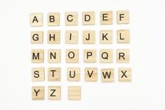 Le lettere maiuscole dell'alfabeto sopra frugano i blocchi di legno Fotografia Stock