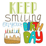 Le lettrage tiré par la main, continuent à sourire sur votre anniversaire Griffonnage, lettrage de vacances, félicitations Photo stock
