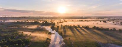Le lever de soleil aérien avec le brouillard à l'arbre complète dans la campagne rurale Photographie stock libre de droits