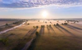 Le lever de soleil aérien avec le brouillard à l'arbre complète dans la campagne rurale Photos libres de droits
